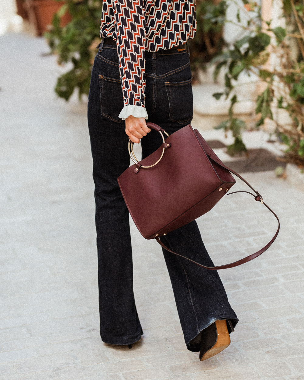 Foolproof classic outfit: Retro blouse and flare jeans